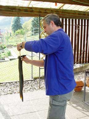 Rainer Maier lässt den Aal abtropfen