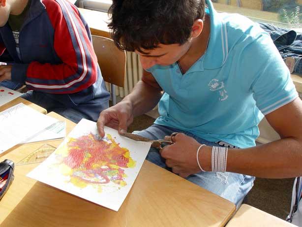 Schüler beim Zuschneiden der Grundkarte