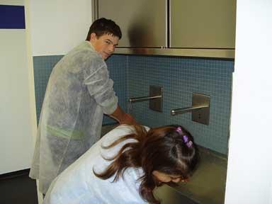 Vor der Schokoladenherstellung erst Hände waschen