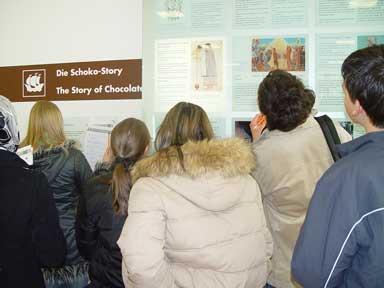 Schülerinnen und Schüler studieren die Schokoladengeschichte