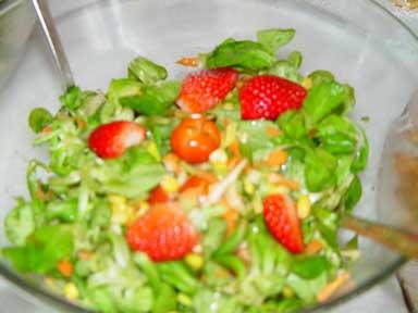 Salatvariation mit Erdbeereckchen