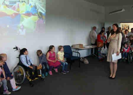 Claudia Rugart begrüßt die Kinder