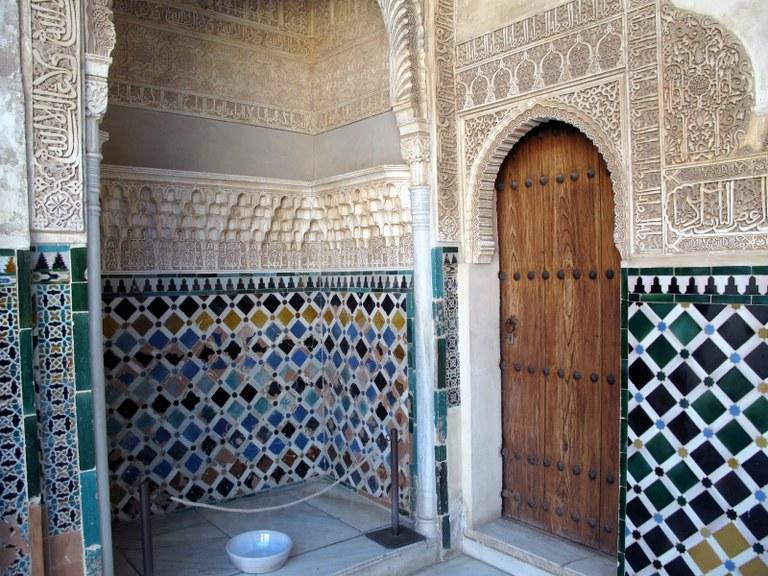 Wand und Tür:  Alhambra, Granada, Spanien
