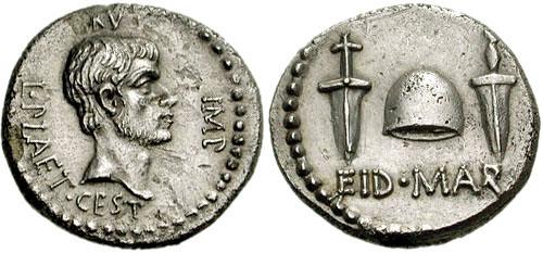 Denarius mit dem Kopf des Brutus und einem Pileus, flankiert von zwei Dolchen