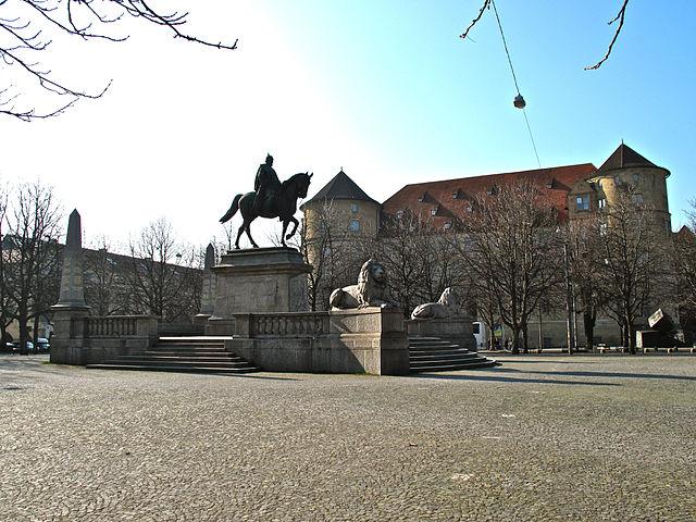 Der Karlsplatz in Stuttgart mit der Reiterstatute von Kaiser Wilhelm und dem Alten Schloss im Hintergrund