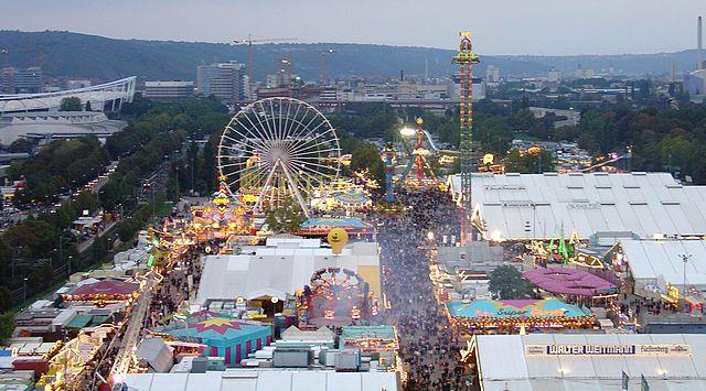 Cannstatter Volksfest: rechts neben dem Riesenrad die Fruchtsäule (2004)