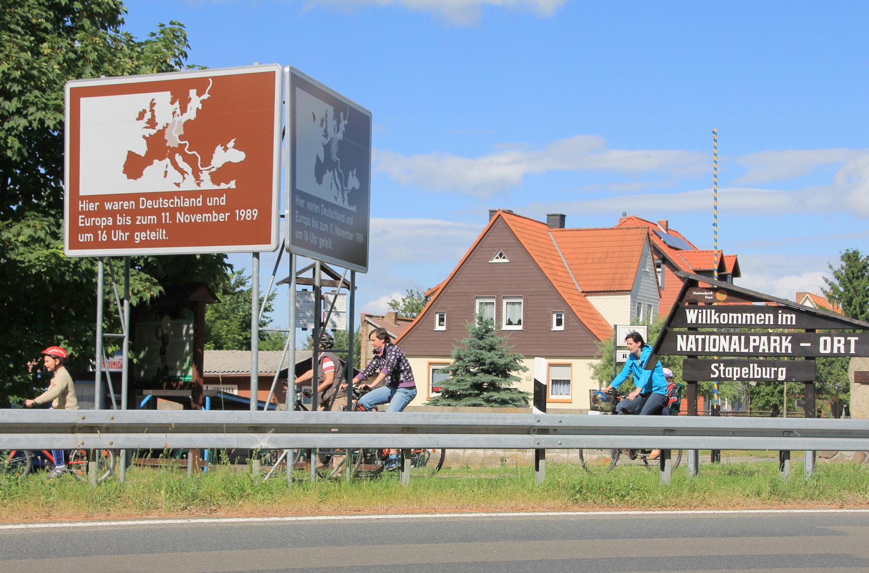 Stapelburg 2013: Ohne das Schild wäre die innerdeutsche Grenze kaum noch erkennbar.