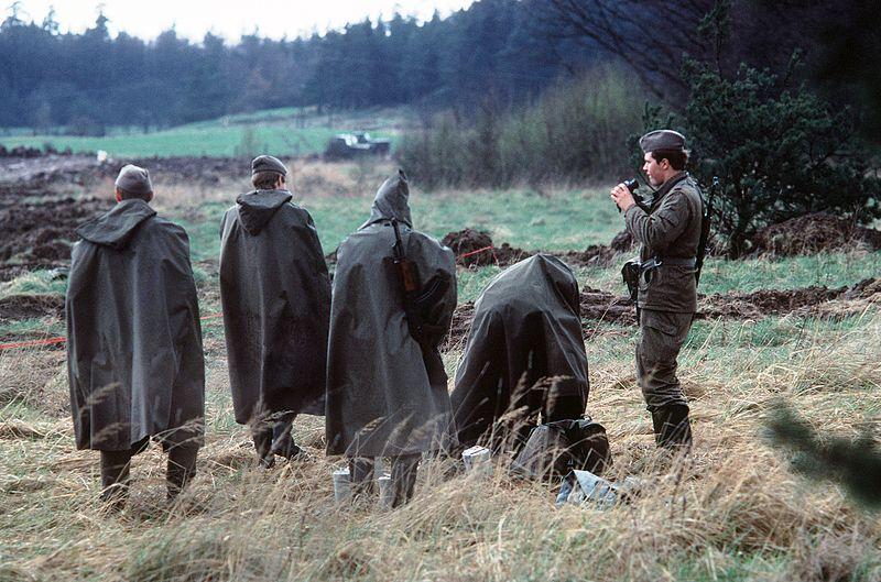 Grenztruppen der DDR auf Patrouille an der deutsch-deutschen Grenze.