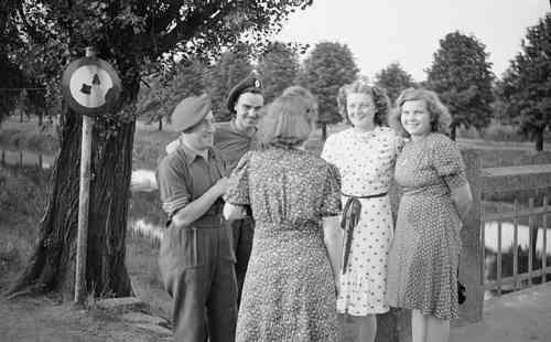 Britische Soldaten scherzen mit deutschen Mädchen - diese