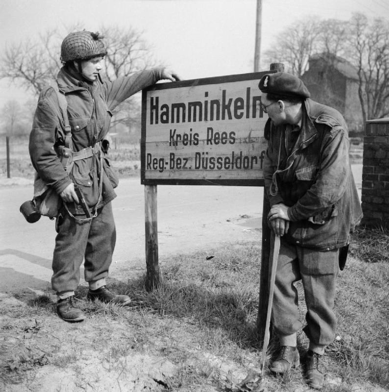 Soldaten der britischen Luftwaffe am Ortsschild von Hamminkeln (Kr. Rees) im März 1945
