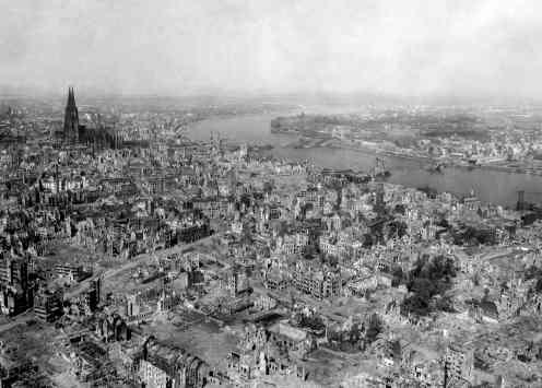 Der Kölner Dom inmitten einer verwüsteten Stadt (24. April 1945)