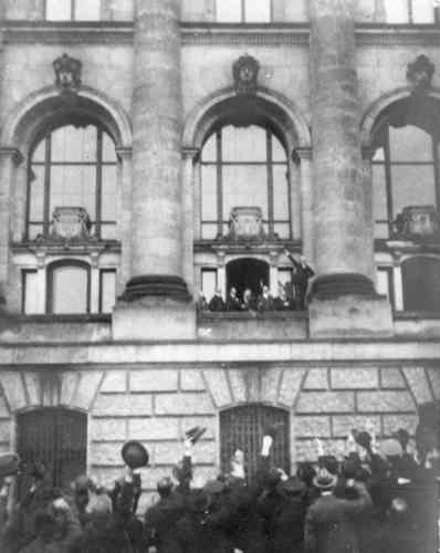 Die Ausrufung der Republik durch Philipp Scheidemann markiert das Ende des Kaiserreichs.