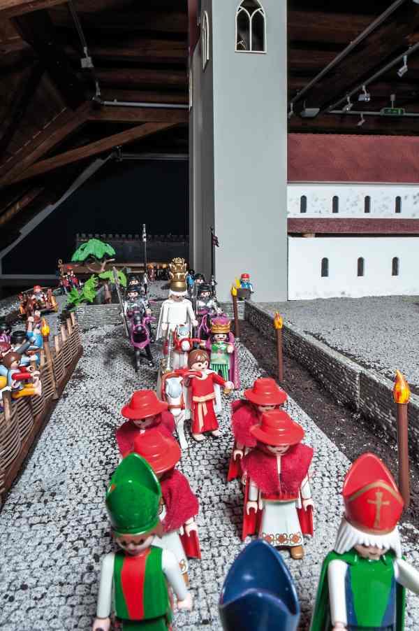 Der König führt das Pferd des Papstes am Zügel durch die Stadt
