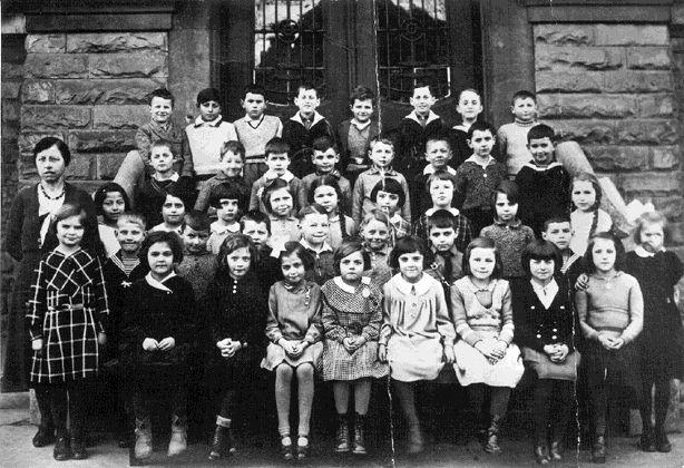 Elisabeth Guttenberger in der Volksschule: 3. Reihe, ganz links neben der Lehrerin