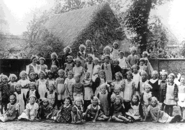 Margot Krause (3. Reihe, 6. von links) in der Wilhelm-Schule in Greven, ca. 1938.