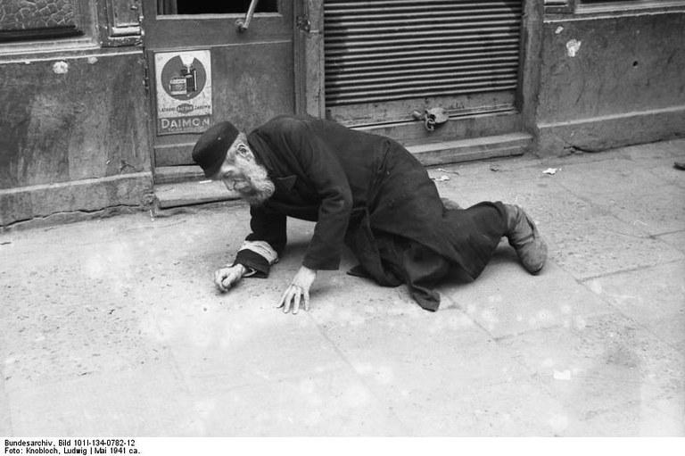 Bundesarchiv_Bild_101I-134-0782-12,_Polen,_Ghetto_Warschau,_alter_Mann.jpg