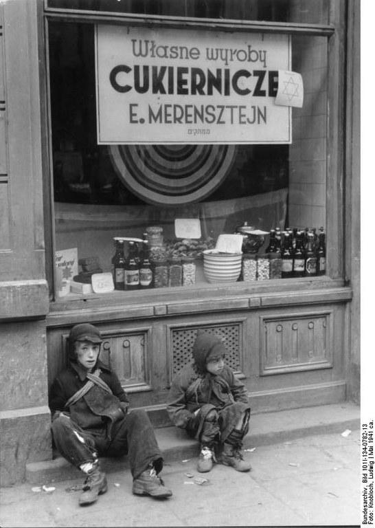 Bundesarchiv_Bild_101I-134-0782-13,_Polen,_Ghetto_Warschau,_Kinder_vor_Schaufenster.jpg