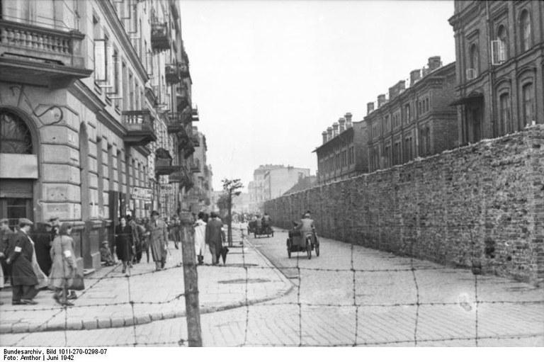 Bundesarchiv_Bild_101I-270-0298-07,_Polen,_Ghetto_Warschau,_Mauer.jpg