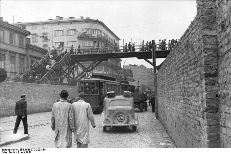 Bundesarchiv_Bild_101I-270-0298-14,_Polen,_Ghetto_Warschau,_Brücke.jpg