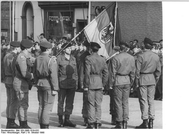 Bad Salzungen, 19. Oktober 1990::  Auf dem Marktplatz wurden die ersten Bundeswehrsoldaten Ostdeutschlands vereidigt.