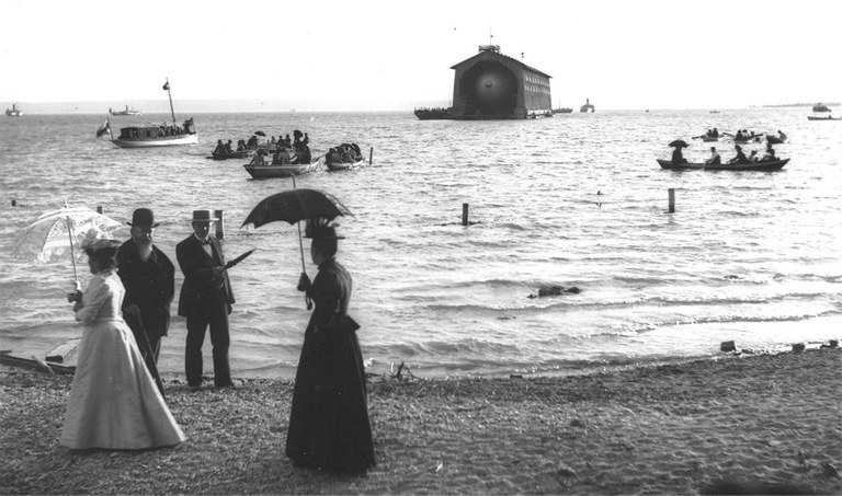 koenigspaar-vor-schwimmender-halle-1900-900pix.jpg