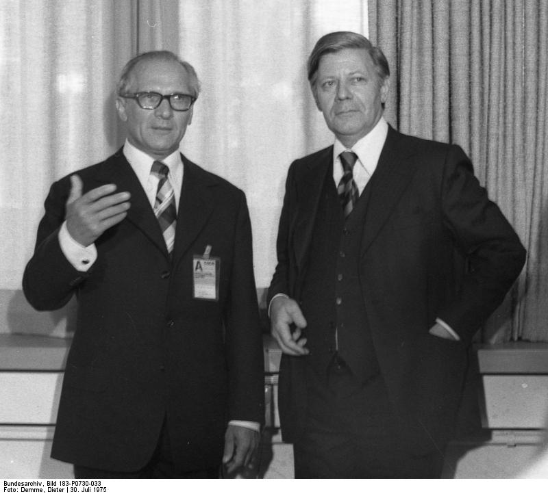 Der Generalsekretär der SED Erich Honecker und der Bundeskanzler Helmut Schmidt auf der  KSZE-Konferenz in Helsinki, 30. Juli 1975