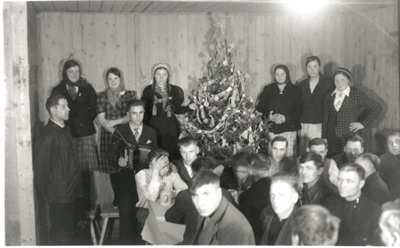 Zwangsarbeiter bei einer Weihnachtsfeier im Barackenlager des Hüttenwerks Laucherthal während des Zweiten Weltkriegs