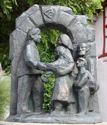 Begrüßung und Aufnahme von Heimatvertriebenen. Bronzeplastik von Monika Geiselhart, Veringenstadt 1989.