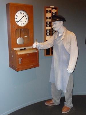 Ein Textilarbeiter bei der Stempeluhr, Maschenmuseum Albstadt-Tailfingen