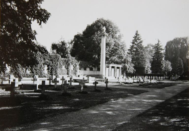 B10 Kriegerdenkmal Unter den Linden vor der Umgestaltung (um 1946).png