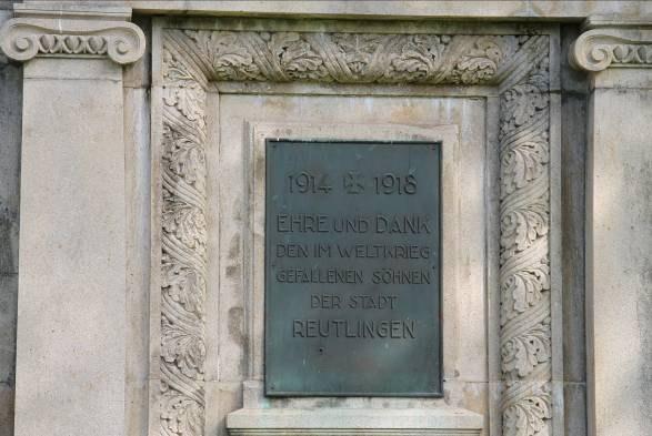 B19 Kriegerdenkmal Unter den Linden - Widmung.jpg
