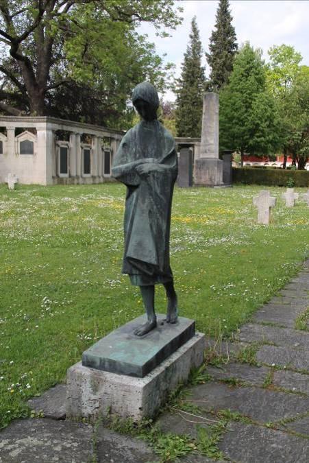 B22 Friedhof Unter den Linden - Skulptur Waise (1954-55).jpg