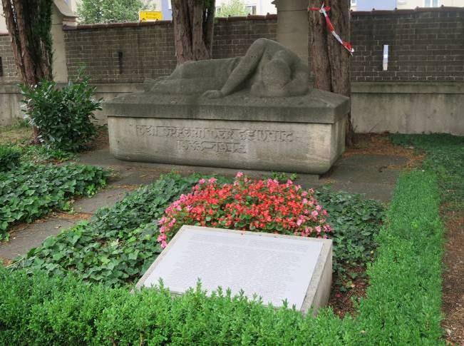 B26 Friedhof Unter den Linden - Mahnmal fuer kremierte KZ-Opfer.jpg