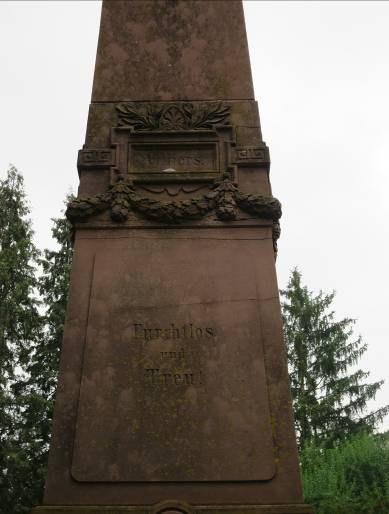 B30 Friedhof Unter den Linden - Denkmal zum Krieg 1870-71 Detail Obelisk.jpg