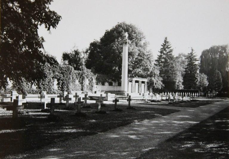 B10 Kriegerdenkmal Unter den Linden vor der Umgestaltung (um 1946).jpg