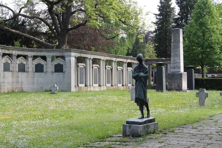 B21 Friedhof Unter den Linden - neue Elemente nach 1945.jpg