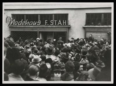 Menschenauflauf vor dem verschlossenen und durch deutsche Polizei geschützten Modehaus Stahl in der unteren Königstraße.