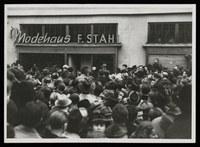Menschenauflauf vor dem verschlossenen und durch deutsche Polizei geschützten Modehaus Stahl in der unteren Königstraße