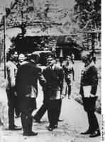 """Claus Schenk Graf von Stauffenberg (links) im Führerhauptquartier """"Wolfsschanze"""" bei Rastenburg, Ostpreußen am 15.7.1944; in der Mitte: Adolf Hitler"""