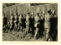 Deutsche Wehrmachtssoldaten beim Schreiben von Briefen