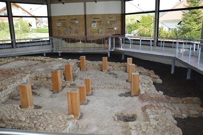 Grundmauern der Wurmlinger Badanlage mit rekonstruierten Pfosten des alamannischen Holzbaus