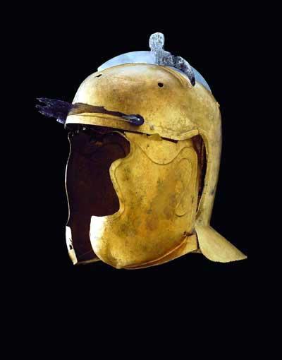 SHelm (3.Jh. n. Chr.) aus Rainau-Buch, wie er von Reiterei und Infanterie am Limes getragen wurde. Die Wangenklappen, die die Ohren verdeckten und am Kinn überlappten, ließen nur wenig vom Gesicht frei.