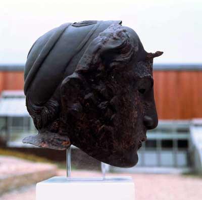 Paradehelm - Gesichts- oder Maskenhelm - aus dem 2./3.Jh. n. Chr. Helme wie dieser, der von einem Soldaten der Ala II Flavia getragen worden ist, bildeten den gesamten menschlichen Kopf nach. Seit der augusteischen Zeit sind sie als besondere Ausrüstungsteile der Reitersoldaten nachweisbar.