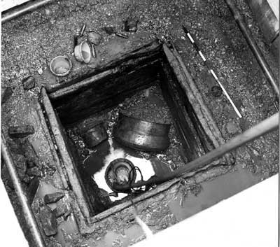 Hortfund von Bronzegegenständen; die Aufnahme entstand während der Ausgrabungen im Bereich des Kastelldorfs auf dem Areal von Rainau-Buch. Hortfunde sind ein Zeichen für die zunehmende Bedrohung am Limes durch germanische Überfälle: Wertvolle Gegenstände wurden von der Bevölkerung in Brunnen und Zisternen versenkt, um sie vor Plünderungen zu bewahren..