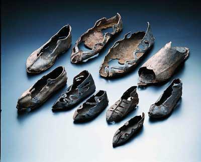 Schuhe aus dem Ostkastell Welzheim, Anfang 3. Jh. n. Chr. Über 100 Schuhe, meist stark verschlissene Einzelstücke von Männer-, Frauen- und Kinderschuhen aus dem Kastelldorf, wurden in einem Brunnen gefunden, der offensichtlich mit Müll verfüllt worden war, um ihn bei der Aufgabe des Kastells zu verseuchen.