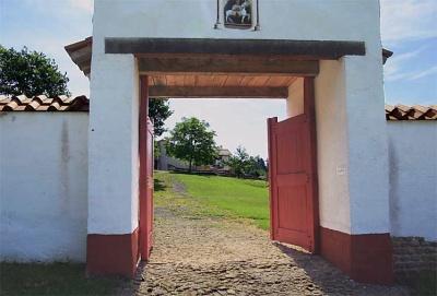 Eingangstor mit Ummauerung rekonstruiert