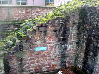 Mittelalterliche Stadtmauer mit römischen Bauresten