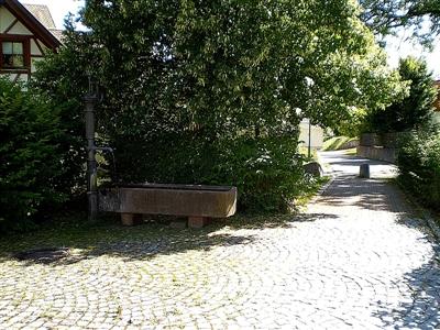 Der Röhrenbrunnen am Fußweg zum Judenfriedhof.