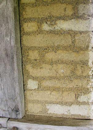 Lehmziegel im Mauerverbund