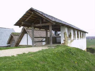 rekonstruierte Lehmziegelmauer im Freilichtmuseum